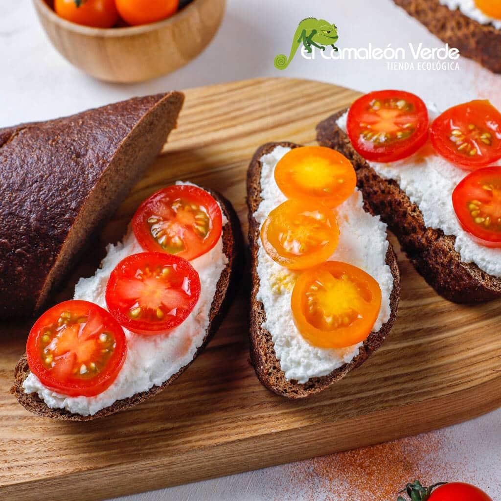 Ideas para un desayuno saludable - tostadas de pan integral con queso crema y tomates cherry